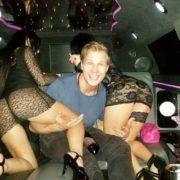Stripteaseuse enterrement de vie de jeune garçon en limousine