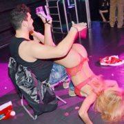 Maeva stripteaseuse en Mère Noël 02