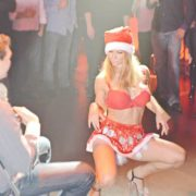 Maeva stripteaseuse en Mère Noël 03