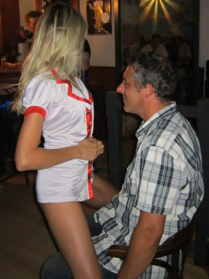 Stripteaseuse surprise pour un pot de départ